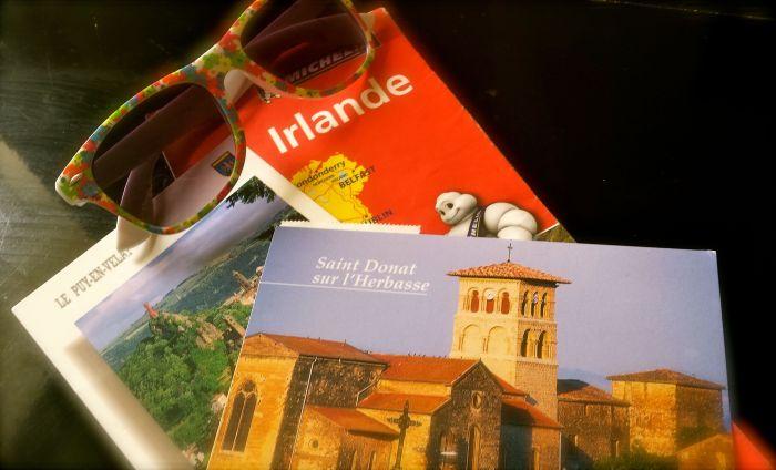 J'ai piqué la carte à Coloc, les cartes postales sont de Gargouilles et les lunettes sont à moi (les précédentes n'ont pas aimé le voyage vers l'Irlande et se sont cassées....)