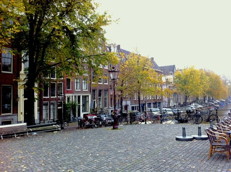 Steps of the free tour in Amsterdam: the widest bridge and the narrowest house of the city