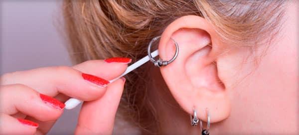 Чем обрабатывать уши после прокалывания ребенку