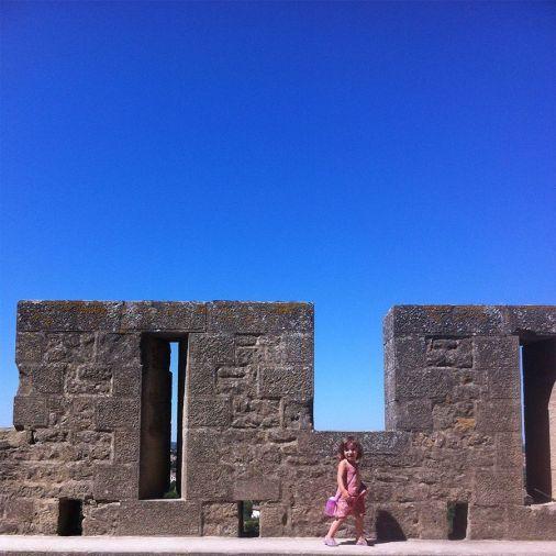 La peque, modelando en la muralla de Carcassonne