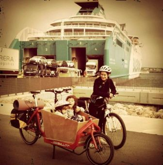 Bullit cargo bike con las niñas, preparada pra embarcar el ferry a Menorca