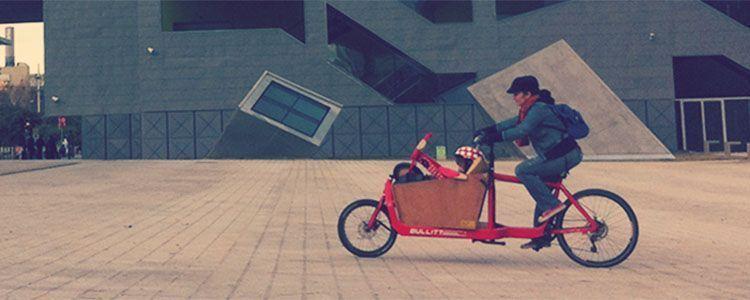 Ecocosmopolita, mamá, en la cargo bike Bullit