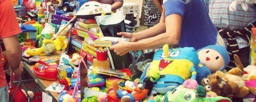 Mercado Solidario del Clot. Parada de juguetes de segunda mano