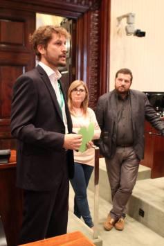Bruno Sokolowicz en el Parlament con Marc Sanglas y Cristina Bosch
