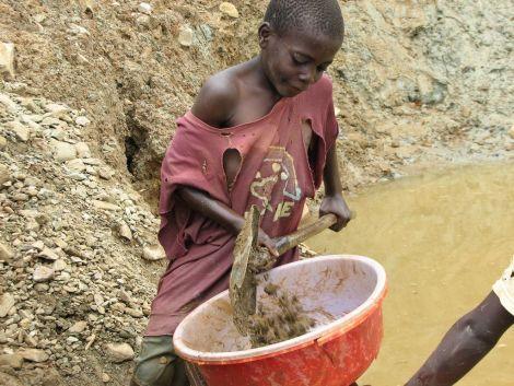 niño extrayendo coltan / Instituto Jane Goodall