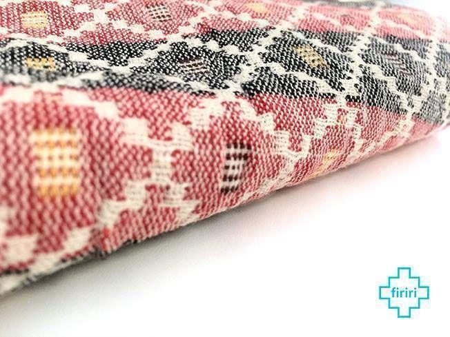 El dhaka es un tejido artesanal nepalí de gran colorido y belleza.