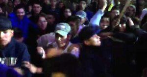 """Video: """"¡No contesten!"""", grita AMLO desde el templete, en Hidalgo. Jóvenes agreden, frente a él, a sus seguidores"""