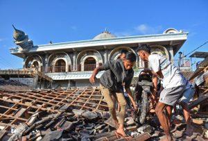 Cerca de 100 muertos y miles de personas evacuadas tras terremoto en Indonesia