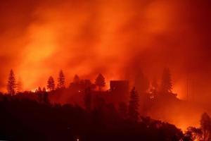 Y ahora lluvias tardías ayudan al combate contra llamas pero dificultan búsqueda de 870 desaparecidos