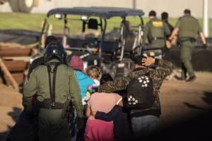 Trump se lava las manos tras muerte de niña en estación migratoria
