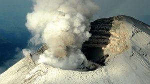 El volcán Popocatépetl entra en erupción y emite una fumarola de 2 kilómetros