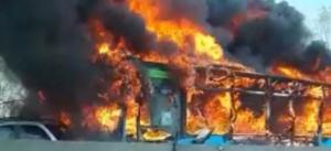 En Italia, presunto suicida secuestra autobús escolar con 51 alumnos y lo incendia; dos heridos