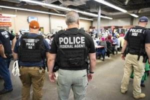107 mexicanos detenidos en redadas antimigrantes en Misisipi