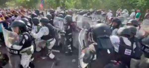 Videos: Guardia Nacional contiene a centroamericanos que pasaron a México en la madrugada por el Suchiate