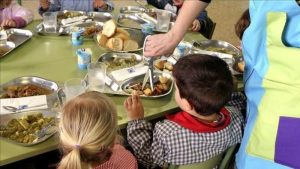 Recortes presupuestales de Trump ponen en riesgo de inseguridad alimentaria a 3 millones de estudiantes del país, alertan. A la educación pública restó más de 10 mil millones de dólares