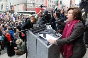 Con fines electorales, el cambio súbito de la titular de Educación, Betsy DeVos, sobre agilización de solicitudes para condonación de préstamos de servicio público, acusa la lideresa de AFT, Randi Weingarten