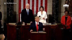 Videos: Trump deja con la mano extendida a Pelosi… y ella, a su espalda, rompe el documento que le dio con su discurso sobre el Estado de la Unión