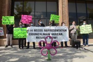 Vecinos y líderes comunitarios exigen la renuncia del concejal angelino José Huizar, acusado de corrupción