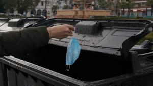 Video: Sorprenden a una fábrica de colchones rellenando sus productos con cubrebocas usados