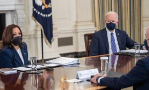 """Mascarillas regresan a la Casa Blanca. 100 millones de no vacunados siembran """"enorme confusión"""": Biden"""