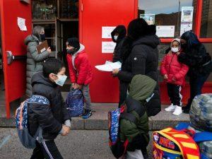 Más de un millón de alumnos ya volvieron a clases presenciales en Nueva York, entre incertidumbre y temor por el manejo político de la pandemia