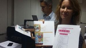 Emilie Barrucand présente les premiers tirages du livre conçu par Laélya