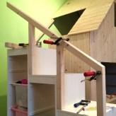 Als Treppe haben wir ein Trofast-Regal von Ikea genutzt, bei dem man seitlich noch tollen Stauraum für Spielzeug hat.
