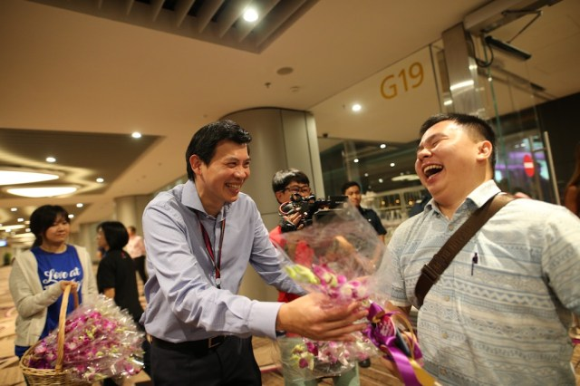Singapour-Changi_T4_CEO of CAG Mr Lee Seow Hiang welcomes passengers arriving on T4s first arrival flight with orchids.