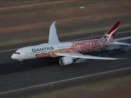 Boeing_787-9_Qantas_livree_Aborigene