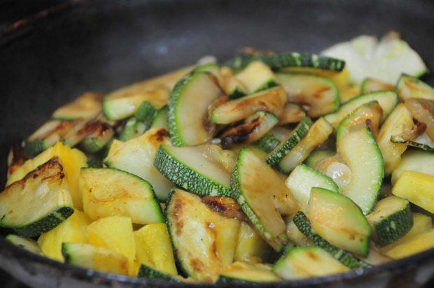 Agregar la piña fresca cortada en trozos pequeños