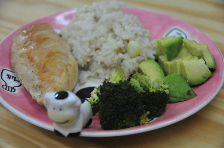 Esta fue la comida de hoy: pollo a la plancha con arroz integral con choclo, brocoli y palta! Quién se resiste?