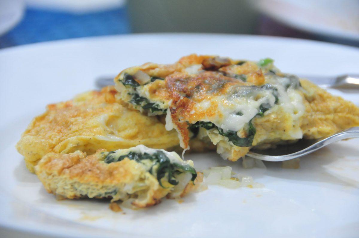 omelette de espinaca, cebolla blanca y mozarella de la espatula verde
