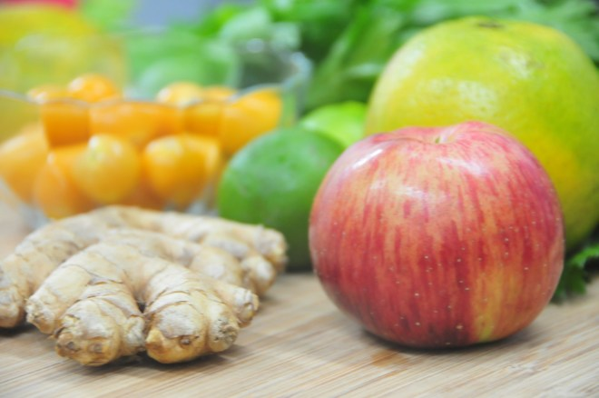 Vas a necesitar: 2 ramas de apio, un puñado de aguaymantos, 2 limones, 1 naranja y el rey de los antibióticos, el kion.