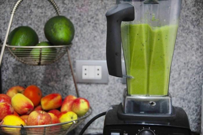 Luego de agregar las frutas, el color se pone más verde pastel.