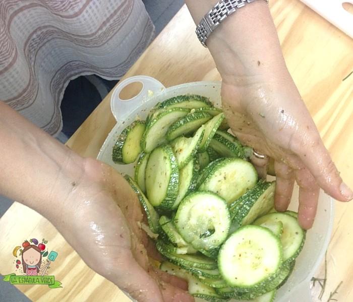 Cubrir los zucchinis con esta mezcla usando las manos.
