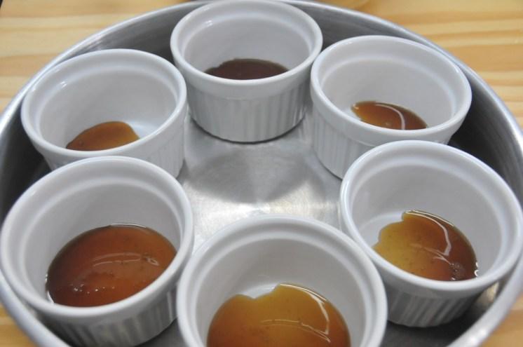 Deja que el caramelo se endurezca antes de agregar la mezcla de leche de almendras y huevos.