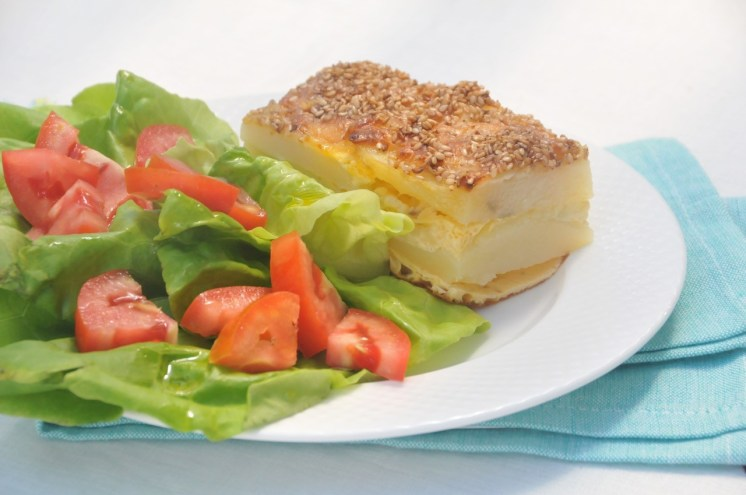 pastel de papa, queso y ajonjolí