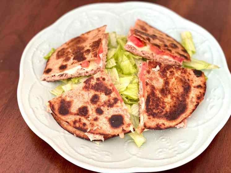 Tortilla de atún, queso y tomate