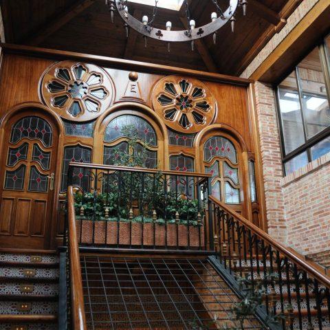 escaleras decoración restaurante la estación de los porches