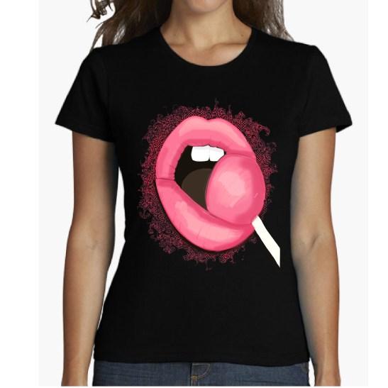 LOLLIPOP camiseta labios rosa caramelo chupando pink lips camiseta para chica de diseño. camiseta de aldogón 100% cotton blanca, gris oscuro, azul royal, negra. Women shirt.