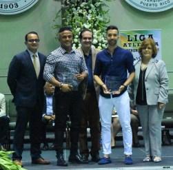 De azul, Daniel González atleta más valioso de tenis de mesa con la UNE y representará a Puerto Rico en Barranquilla 2018. (L. Minguela LAI)