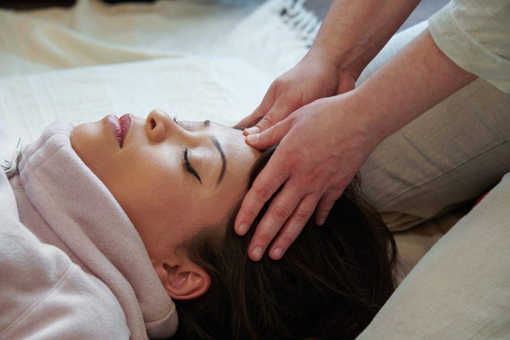 Laeticia pratique un massage du visage appelé aussi Kobido