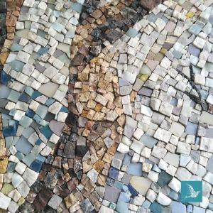 mosaïque de marbres et pâtes de verre pour décorer un mur de véranda
