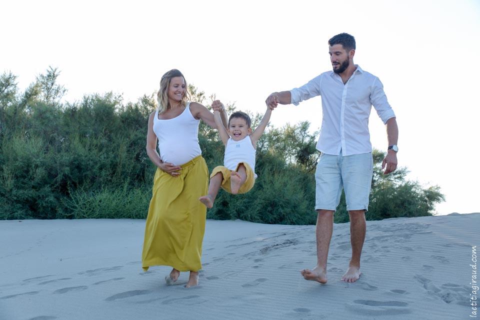 petit garçon et sa maman enceinte sur le sable