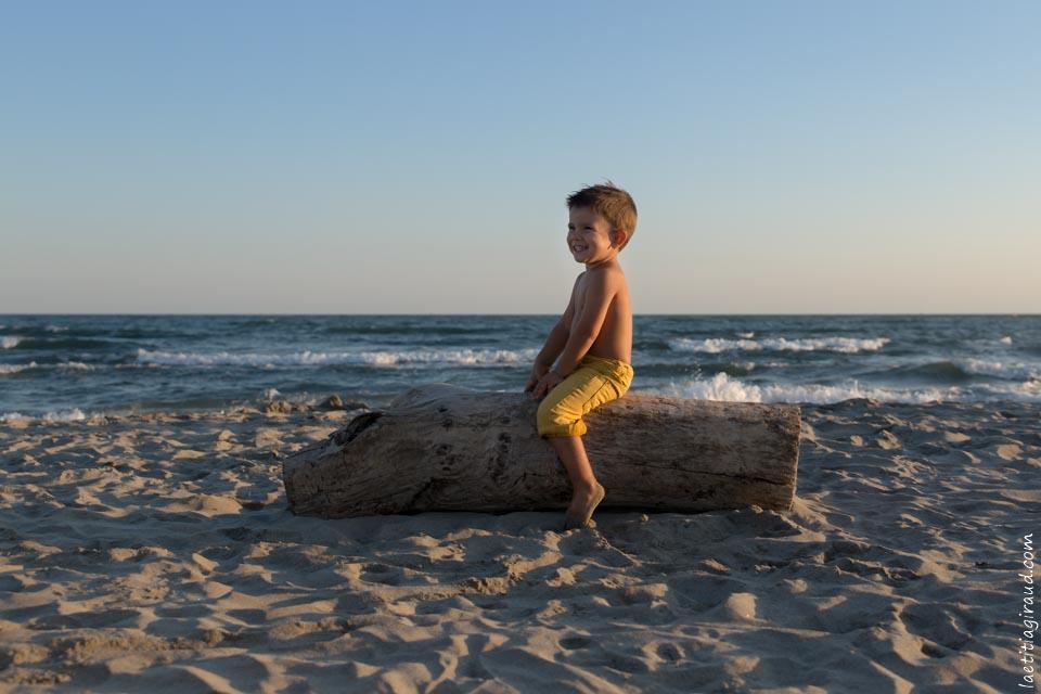 petit garçon qui joue dans le sable