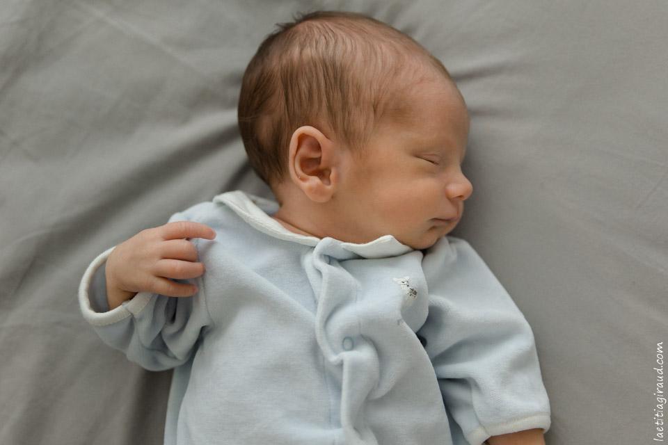 photo de naissance d'un nouveau né à domicile