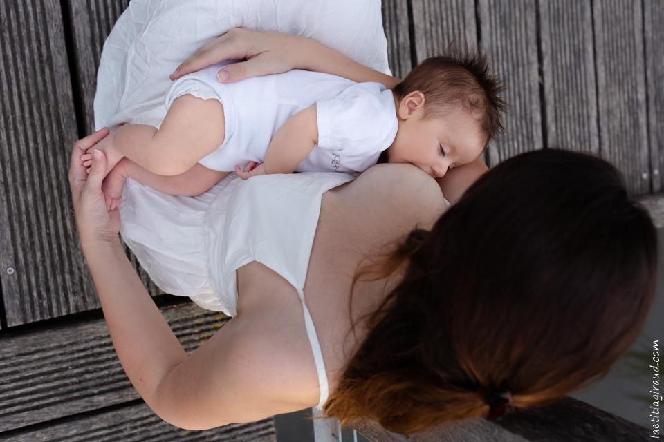 bébé sur le sein de sa maman