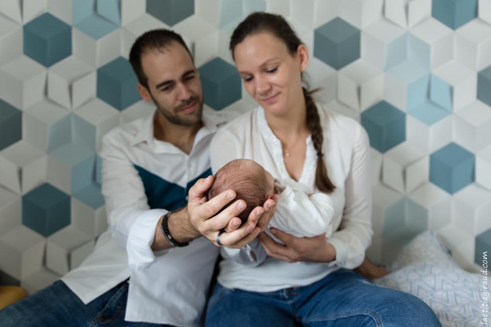 photo de famille avec bebe et ses parents chez eux