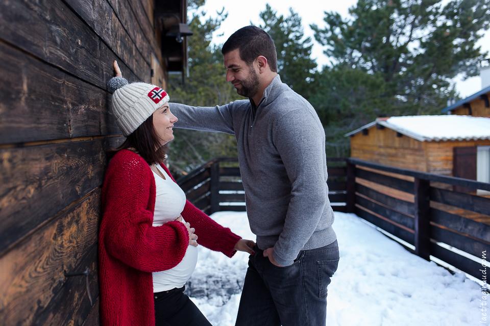 couple amoureux avant bebe dans la neige