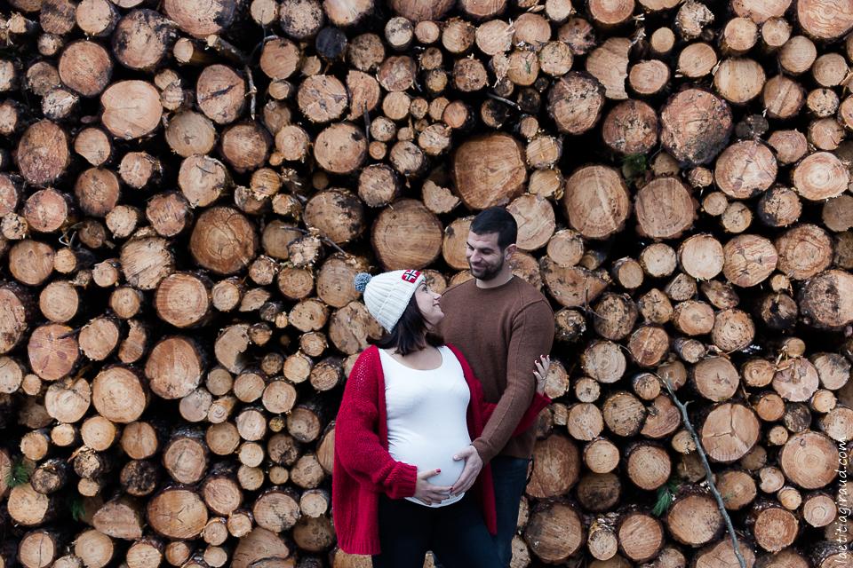 femme enceinte devant des rondin de bois en foret